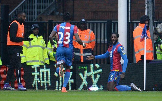 Emmanuel Adebayor oslavuje svůj první gól v dresu Crystal Palace.