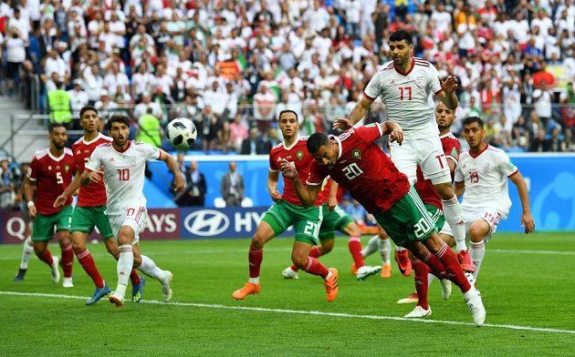 Marocký útočník Aziz Buhaddúz střílí hlavou gól do vlastní sítě, Írán pak mohl slavit výhru 1:0.