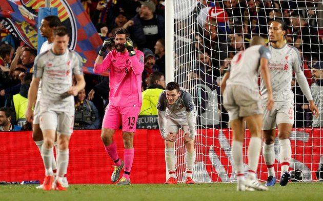 Naštvaný gólman Liverpoolu Alisson po druhém inkasovaném gólu od Barcelony.