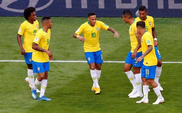 Po góle předvedl Neymar tradiční oslavný taneček. Spoluhráči jen přihlíželi...