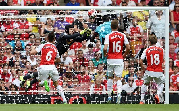 Petr Čech inkasuje! U míče byl pozdě a Cheikhou Kouyaté ho hlavou překonal.