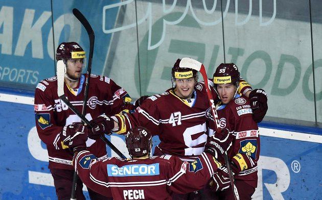 Hokejisté Sparty (zleva): Juraj Mikuš, Jan Buchtele, Robert Sabolič a (zády) Lukáš Pech oslavují třetí gól v utkání s Pardubicemi.