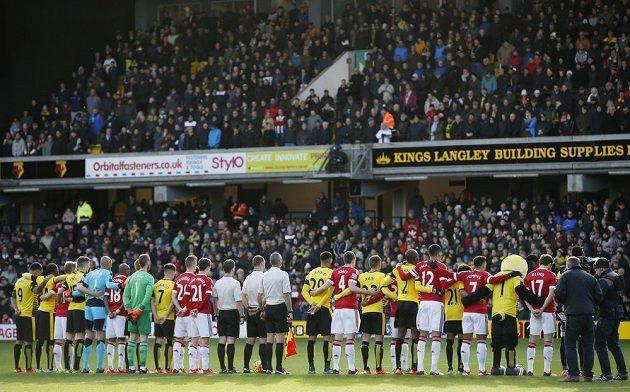 Fotbalisté Watfordu (ve žlutém) a Manchesteru United drží minutu ticha za oběti teroristických útoků v Paříži.