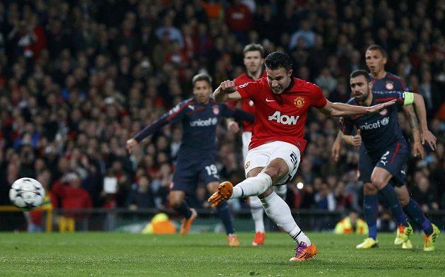 Útočník Manchesteru United Robin van Persie proměňuje penaltu proti Olympiakosu.