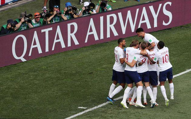 Angličtí fotbalisté se radují z gólu proti Panamě.