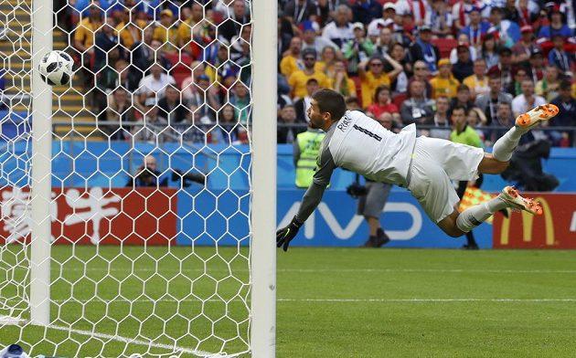 Australský brankář Mathew Ryan inkasuje druhý gól v utkání s Francií.