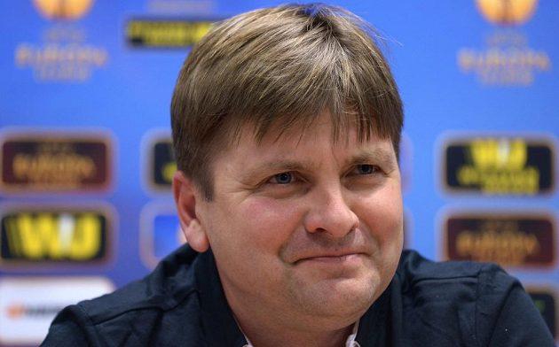 Dušan Uhrin ml, kterého čeká soutěžní premiéra na lavičce Plzně s fotbalisty Doněcku, byl na tiskové konferenci před zápasem dobře naladěn.