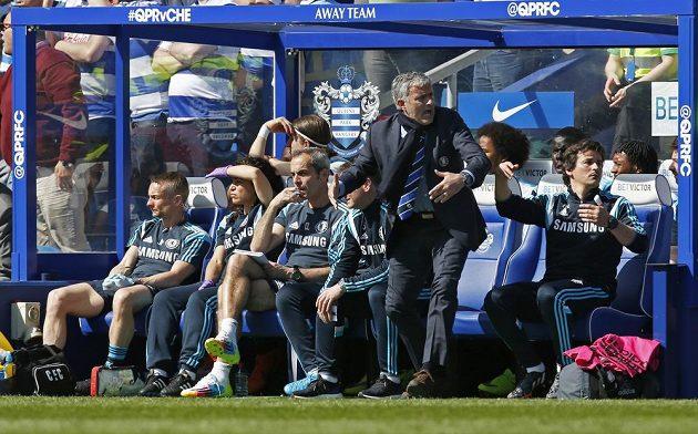 Značná část lavičky Chelsea je v klidu, ne však kouč José Mourinho.