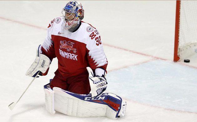 Brankář dánské hokejové reprezentace Sebastian Dahm v akci na MS.