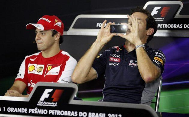 Mark Webber (vpravo) se loučí s formulí 1. Na tiskové konferenci v Brazílii si na památku fotil novináře.