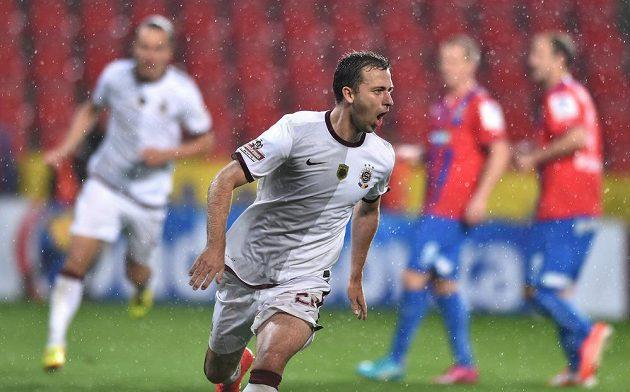 Josef Hušbauer oslavuje proměněnou penaltu, která znamenala vyrovnání finále Poháru České pošty na 1:1.