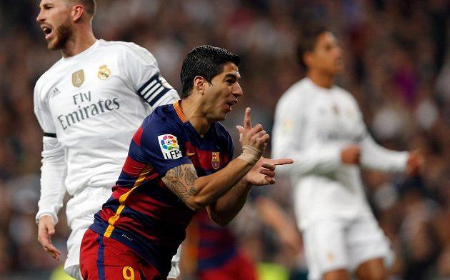 Barcelonský útočník Luis Suárez (vpředu) slaví gól proti Realu Madrid.