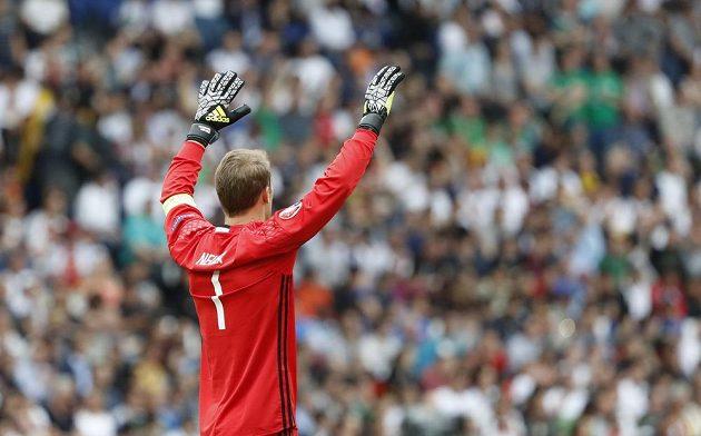 Německý brankář Manuel Neuer v utkání se Severním Irskem.