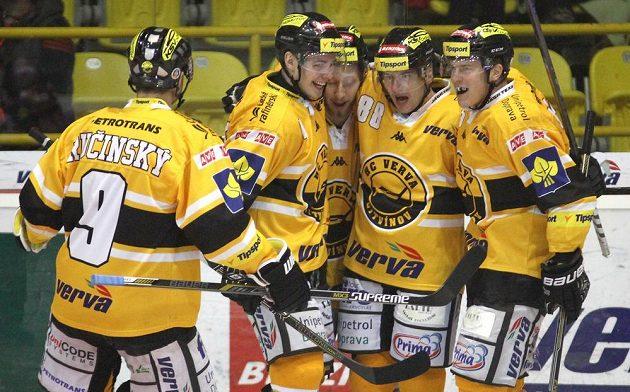 Hokejisté Litvínova se radují z branky proti Spartě.