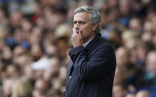 Manažer Chelsea José Mourinho při zápase na hřišti Evertonu.
