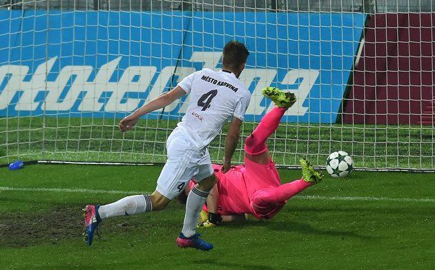 Libor Holík z Karviné střílí vyrovnávací gól.