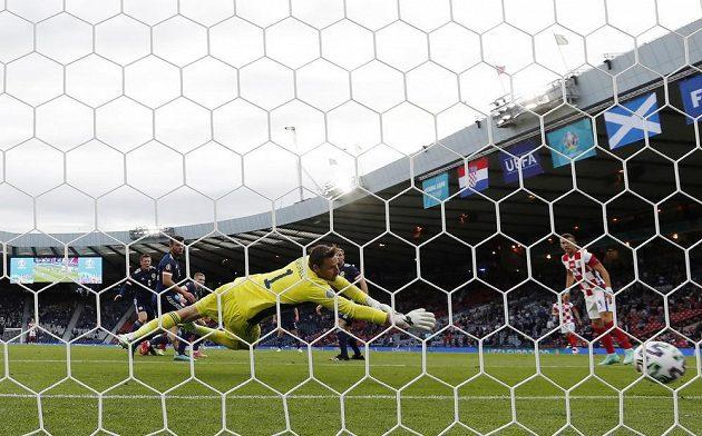 Chorvatský záložník Nikola Vlašič otevřel skóre utkání EURO se Skotskem.