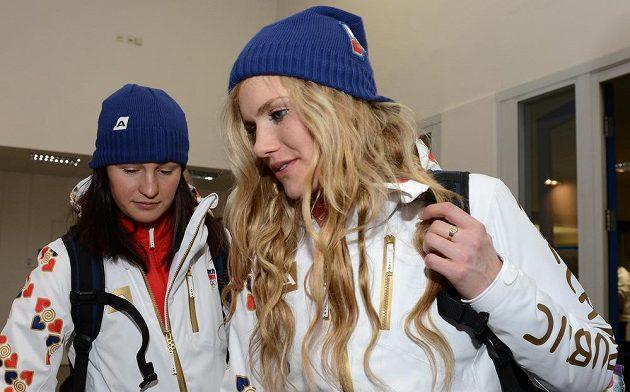 Biatlonistky Veronika Vítková (vlevo) a Gabriela Soukalová před odletem do Soči na Zimní olympijské hry dne 30. ledna 2014 na kbelském letišti.