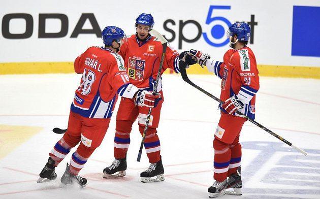 Český útočník Jakub Valský (uprostřed) oslavuje se spoluhráči svůj gól na 2:0 během utkání Euro Hockey Challenge proti Norsku na stadiónu Kotlina v Havlíčkově Brodu.