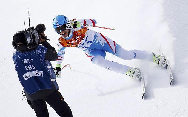 Záběr roku? Rakušan Matthias Mayer jen těsně míjí kameramana na trati olympijského sjezdu.