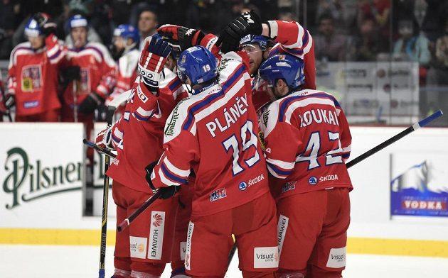 Hokejisté české reprezentace oslavují gól v utkání proti Finsku.