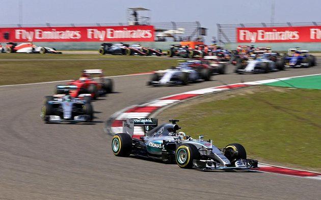 Hamilton z Mercedesu udržel po startu šanghajského závodu první místo.