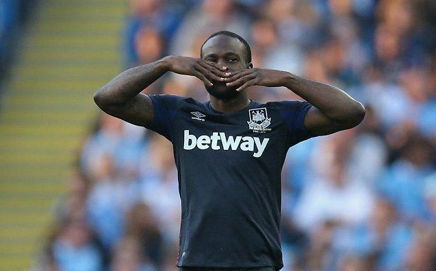 Fotbalista West Hamu Victor Moses se raduje z gólu proti Manchesteru City.