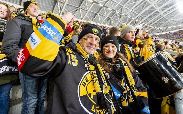 Fanoušci Litvínova na utkání extraligy pod širým nebem na fotbalovém stadionu Rudolfa Harbiga v Drážďanech.