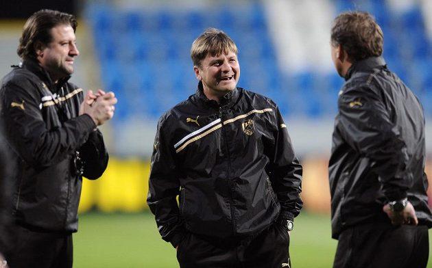 Trenér Viktorie Plzeň Dušan Uhrin mladší (uprostřed) během tréninku.