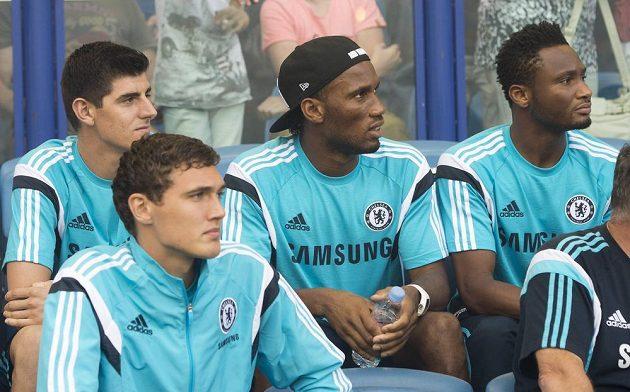 Didier Drogba (uprostřed) se vrátil do Chelsea. I on bude určitě zvědavý, jestli v bráně bude chytat Petr Čech, nebo Belgičan Thibaut Courtois (vlevo).