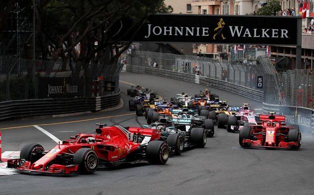 Vozy Ferrari Sebastiana Vettela a Kimiho Räikkönena Během Velké ceny Monaka.