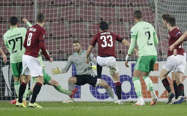 Sparťan Dávid Hancko střílí vyrovnávací gól na 1:1 v utkání Evropské ligy proti Celtiku Glasgow.