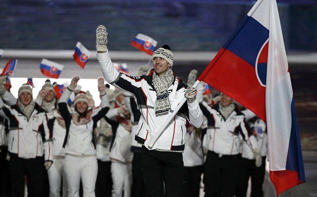 Zdeno Chára, zadák Bostonu z NHL, v roli vlajkonoše slovenské výpravy při zahajovacím ceremoniálu v Soči.