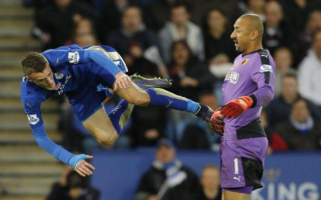 Jamie Vardy z Leicesteru a gólman Watfordu Heurelho Gomes v souboji, po němž se kopala penalta ve prospěch útočníkova týmu.