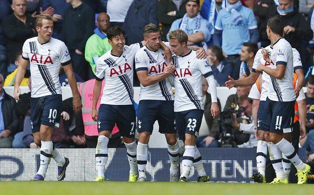 Radost fotbalistů Tottenhamu po jedné z branek, kterou vstřelili Manchesteru City.