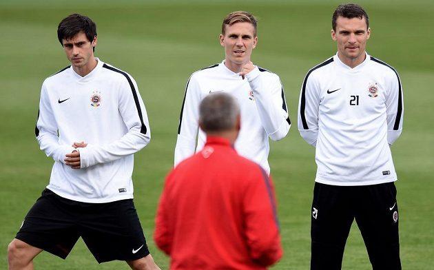 Fotbalisté Sparty Praha (zleva): Kamil Vacek, Bořek Dočkal a David Lafata sledují trenéra Lavičku během předzápasového tréninku.