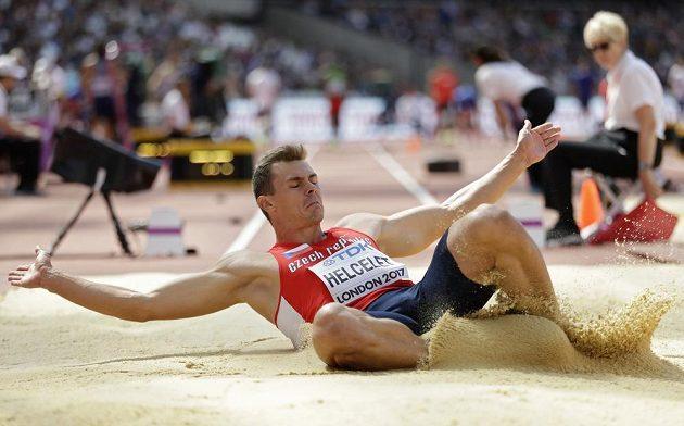 Český desetibojař Adam Sebastian Helcelet při druhé disciplíně desetiboje na mistrovství světa v Londýně.