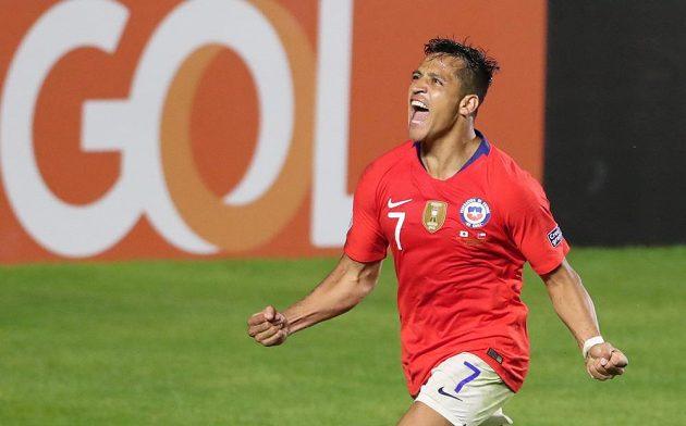 Fotbalový útočník Alexis Sánchez slaví gól, který vstřelil do sítě Japonska.