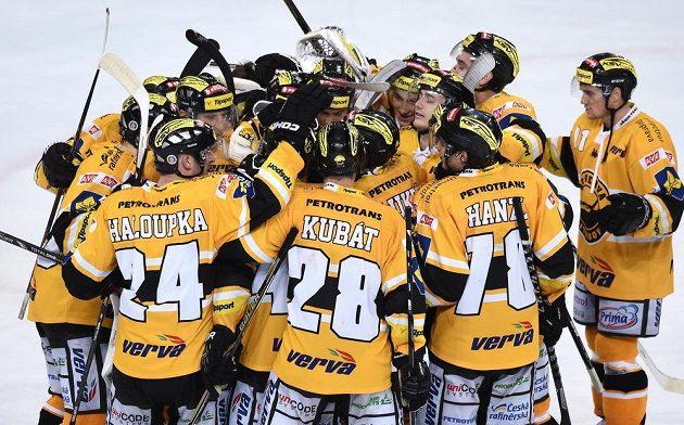 Hokejisté Litvínova oslavují vítězství nad Spartou.