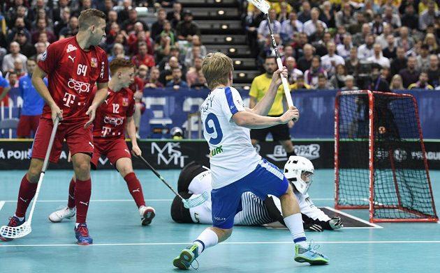 Joonas Pylsy z Finska střílí úvodní gól semifinále MS proti českému výběru.