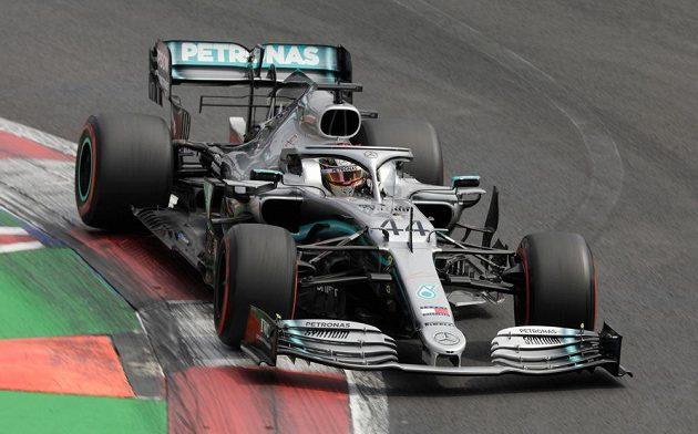 Lewis Hamilton s mercedesem na trati Velké ceny Mexika.
