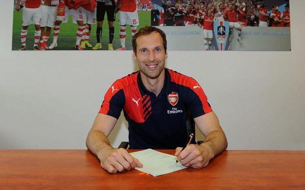Fotbalový brankář Petr Čech definitivně po 11 letech opustil anglického šampióna Chelsea a v Londýně podepsal smlouvu s Arsenalem.