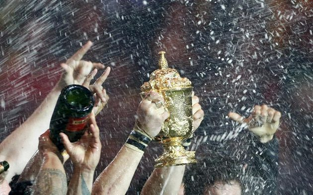 Trofej ragbyových mistrů světa. Malý pohár pro chlapy jako hora zůstává v rukou All Blacks.