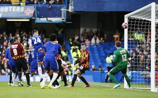 Gary Cahill (24) dáva první gól Chelsea v duelu s Bradfordem.
