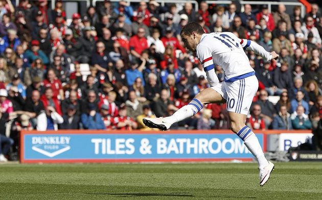 Eden Hazard z Chelsea dává gól proti Bournemouthu.