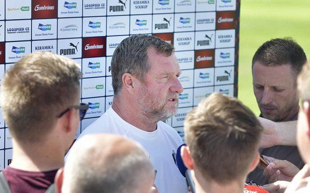 Trenér Pavel Vrba hovoří s novináři před úvodním tréninkem přípravy fotbalistů Plzně