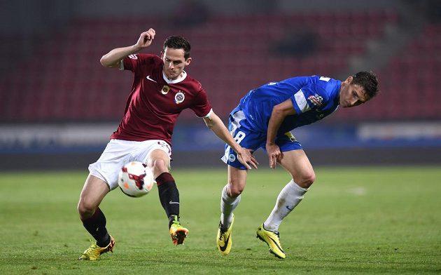 Obránce Sparty Praha Mario Holek (vlevo) v souboji o míč s libereckým Davidem Pavelkou.