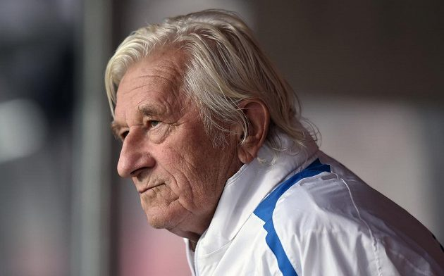 Karel Brückner sleduje otevřený trénink české fotbalové reprezentace.