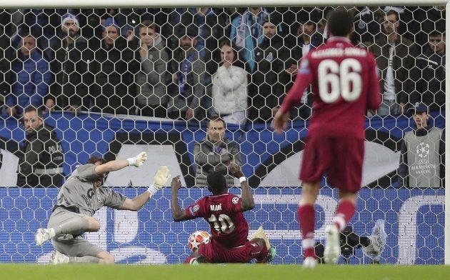 Liverpoolský Sadio Mané (uprostřed) dává vedoucí gól v Portu.