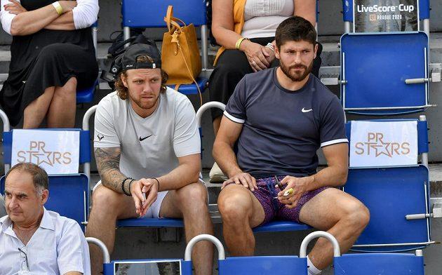 Hokejisté David Pastrňák (vlevo) a Michal Kempný mezi diváky během tenisového turnaje na Štvanici.